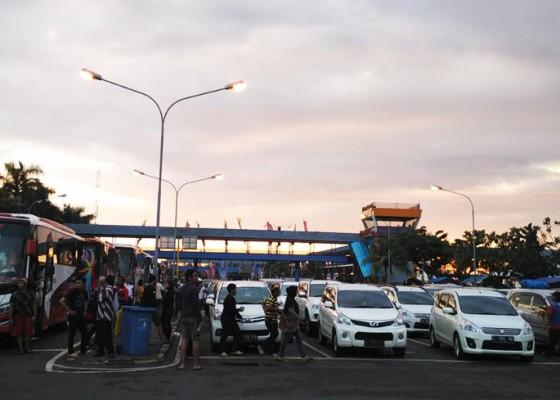 Nusabali.com - pelabuhan-gilimanuk-dipadati-wisatawan-domestik