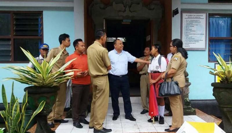 www.nusabali.com-bupati-antar-siswa-miskin-ke-sekolah-dengan-mobil-dinas