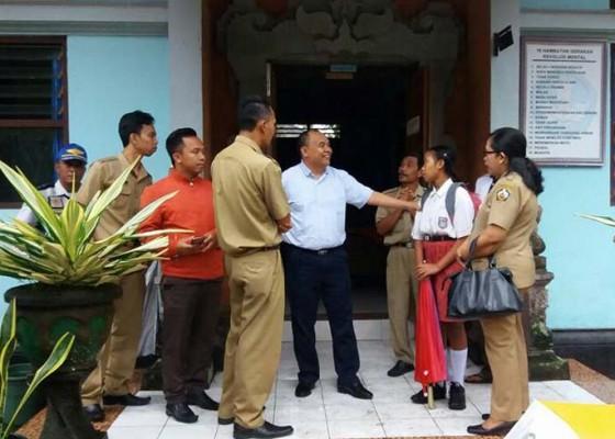 Nusabali.com - bupati-antar-siswa-miskin-ke-sekolah-dengan-mobil-dinas