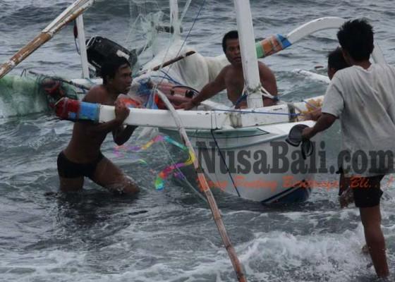 Nusabali.com - jukung-terbalik-nelayan-diselamatkan-fast-boat