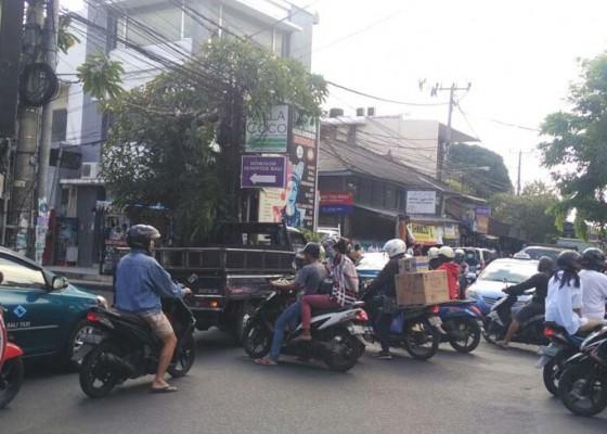 Nusabali.com - kemacetan-di-legian-tuai-keluhan