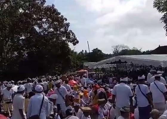 Nusabali.com - suasana-masyarakat-mengikuti-bayuh-oton-sapuleger-dan-bayuh-oton