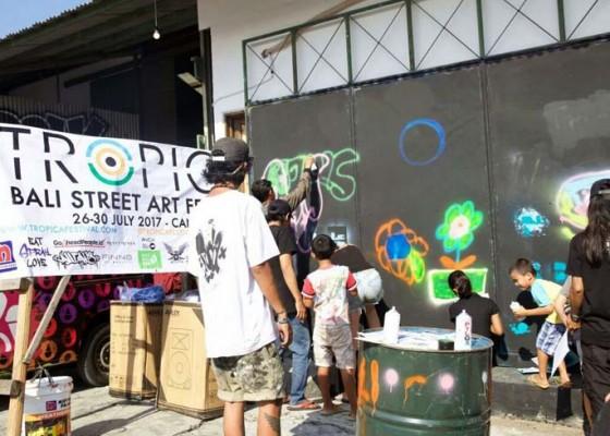 Nusabali.com - adu-kreativitas-seniman-mural-di-canggu
