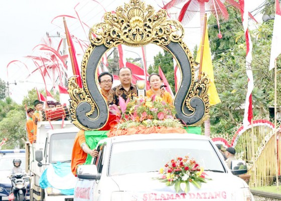 Nusabali.com - bupati-made-gianyar-arak-tropi-adipura