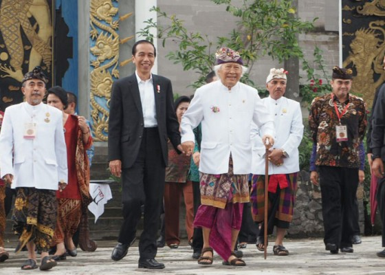 Nusabali.com - resmikan-museum-jokowi-gandeng-erat-tangan-gunarsa