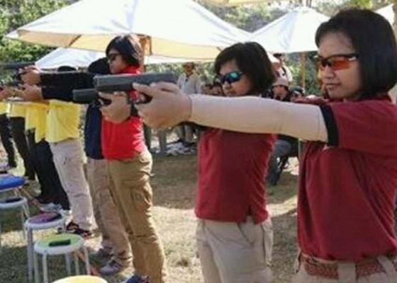 Nusabali.com - kriminalitas-mengancam-polwan-dilatih-menembak