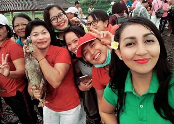 Nusabali.com - menangkap-bebek-di-lumpur-songsong-hut-ri-di-selat