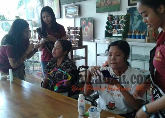 Nusabali.com - putri-kampus-rias-wajah-penyandang-disabilitas