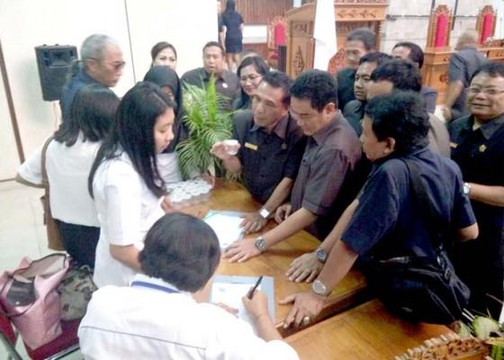 Nusabali.com - mendadak-anggota-dewan-dites-urine