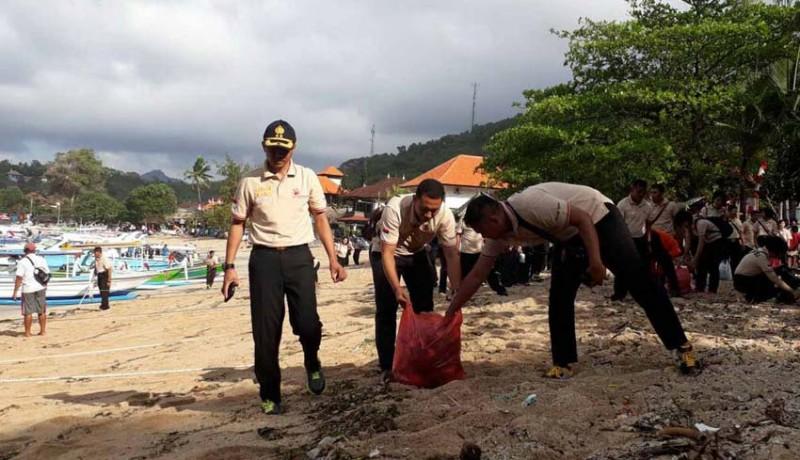www.nusabali.com-hut-polwan-diisi-kegiatan-bersih-bersih-pantai
