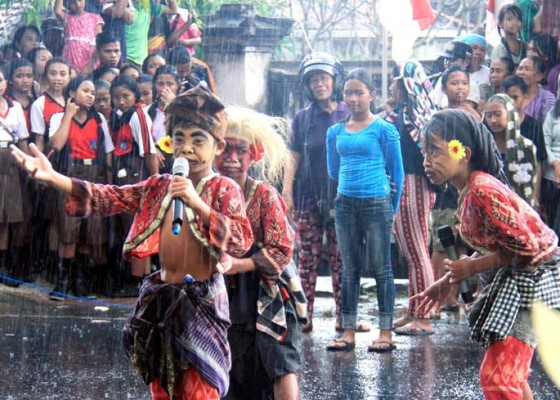 Nusabali.com - diguyur-hujan-karnaval-banjarangkan-tetap-meriah