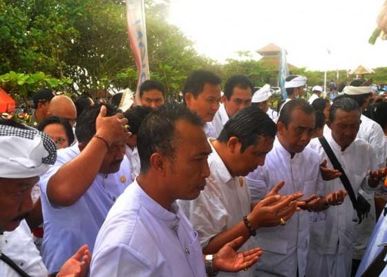 Nusabali.com - ribuan-warga-ikut-penglukatan-banyu-pinaruh-baruna-astawa-di-yeh-gangga
