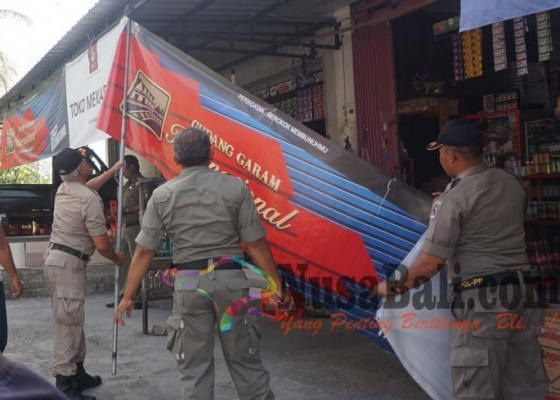 Nusabali.com - satpol-pp-berangus-15-spanduk-rokok