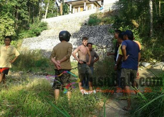 Nusabali.com - depresi-turis-inggris-lompat-dari-mobil-travel