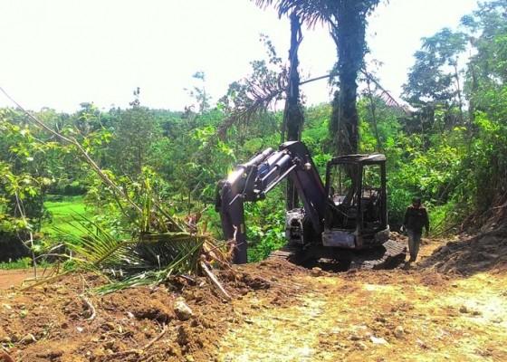 Nusabali.com - excavator-pengkavling-diduga-dibakar