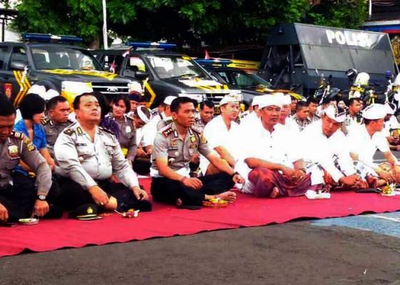 Nusabali.com - senpi-dan-kendaraan-operasional-polisi-di-pasupati