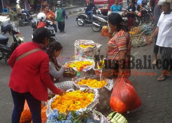 Nusabali.com - harga-mahal-bunga-tetap-diburu-warga