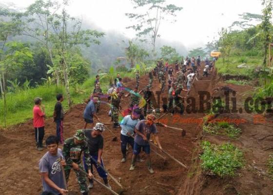 Nusabali.com - tni-dan-warga-mulai-buka-jalan-banjar-tangkup-timbul