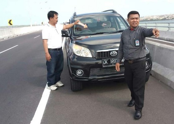 Nusabali.com - mobil-advokat-ditembaki-saat-melintas-di-jalan-tol-bali-mandara