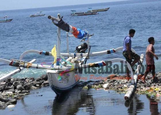 Nusabali.com - nelayan-dari-desa-seraya-timur-hilang-di-selat-lombok