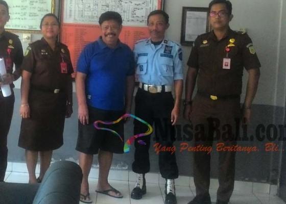 Nusabali.com - mantan-bupati-winasa-dieksekusi