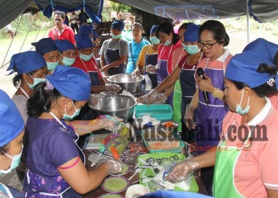 Nusabali.com - pengungsi-di-posko-marga-belajar-membuat-bakso-ikan