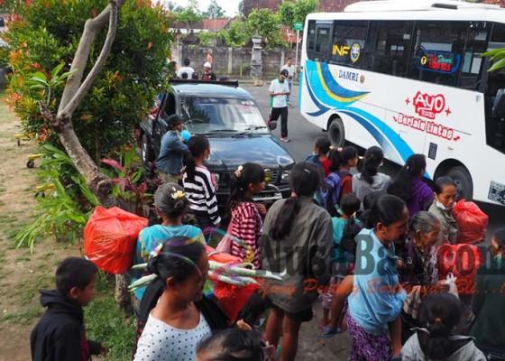 Nusabali.com - wakil-bupati-klungkung-ikut-mengantar-sampai-ke-kampungnya