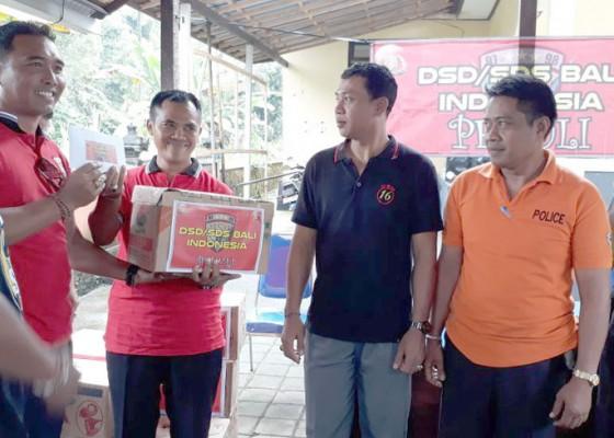 Nusabali.com - angota-polisi-terima-bantuan-sembako