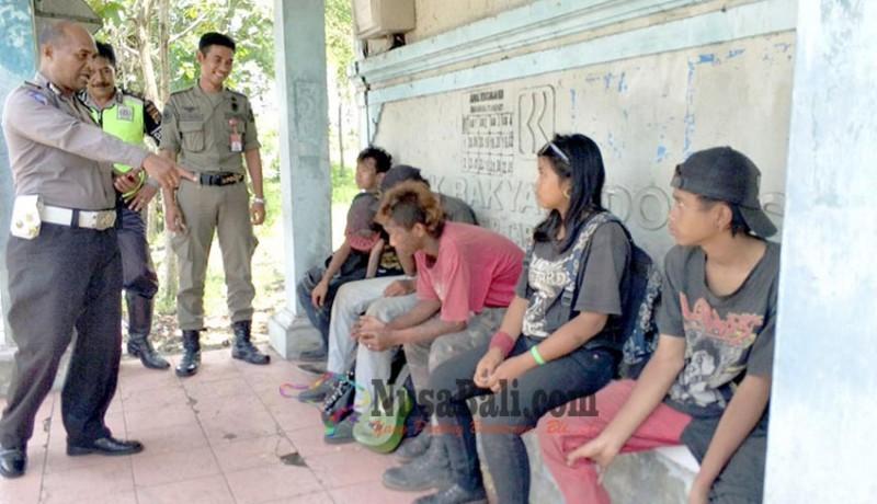 www.nusabali.com-satpol-pp-jembrana-bongkar-reklame-dan-pulangkan-6-anak-punk