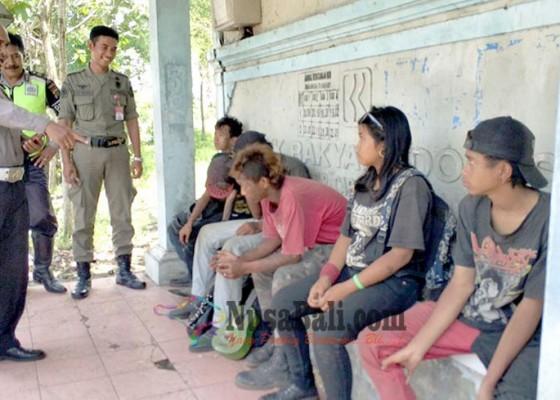 Nusabali.com - satpol-pp-jembrana-bongkar-reklame-dan-pulangkan-6-anak-punk