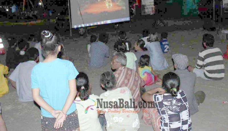 www.nusabali.com-pengungsi-diajak-nobar-layar-tancap