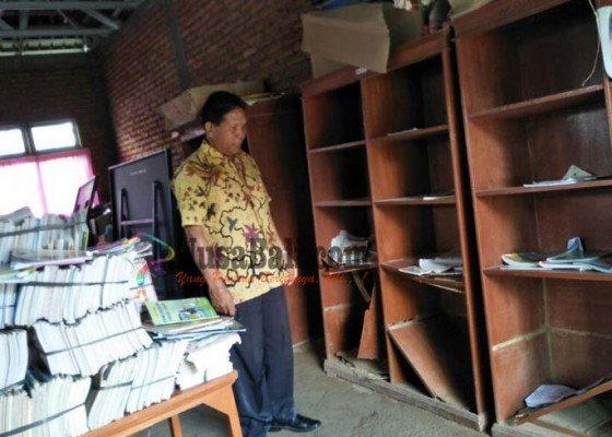 Nusabali.com - rak-buku-sdn-3-bangbang-dimakan-rayap