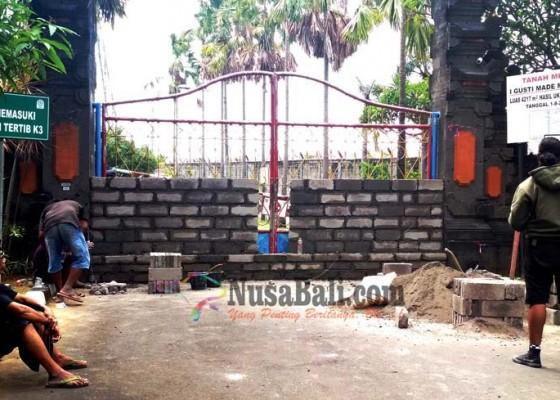 Nusabali.com - pemilik-tanah-tembok-gerbang-gardu-induk-pln