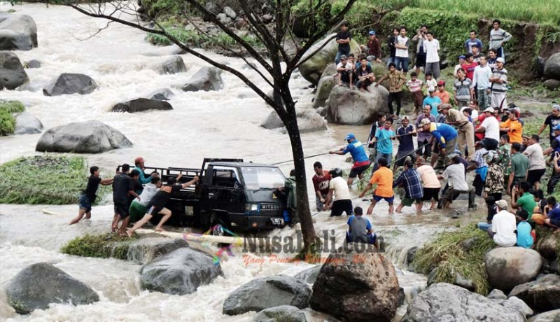 www.nusabali.com-truk-penambang-terseret-banjir