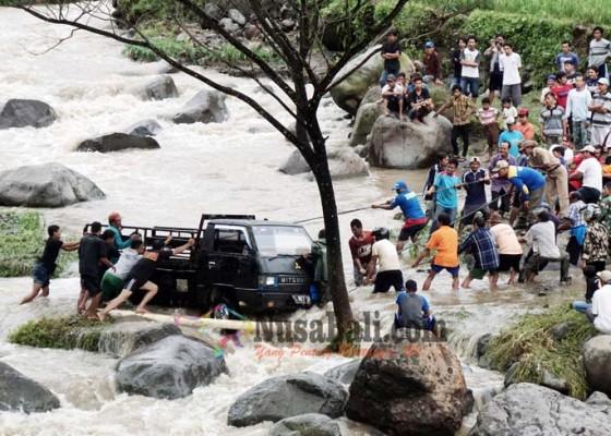 Nusabali.com - truk-penambang-terseret-banjir