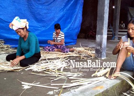 Nusabali.com - kerja-keras-buat-bide-untuk-bekal-pulang-saat-galungan