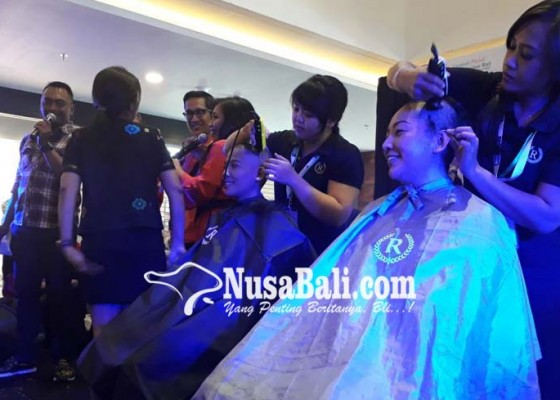 Nusabali.com - dua-wanita-rela-gunduli-kepala-rambutnya-dilelang-rp-2-juta