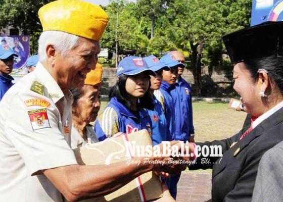 Nusabali.com - veteran-terima-bingkisan-di-hari-pahlawan