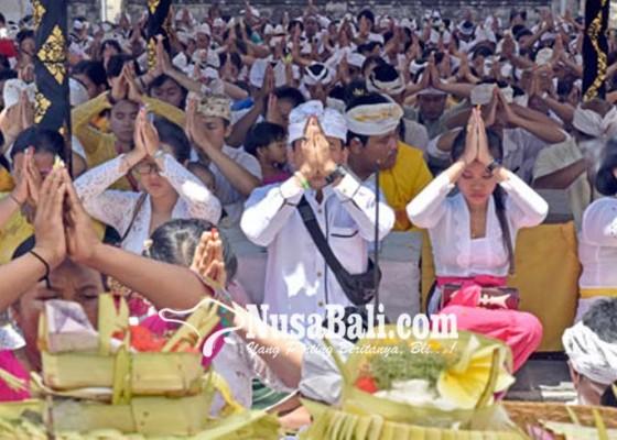 Nusabali.com - malukat-saat-kuningan-pantai-jasri-dipadati-warga