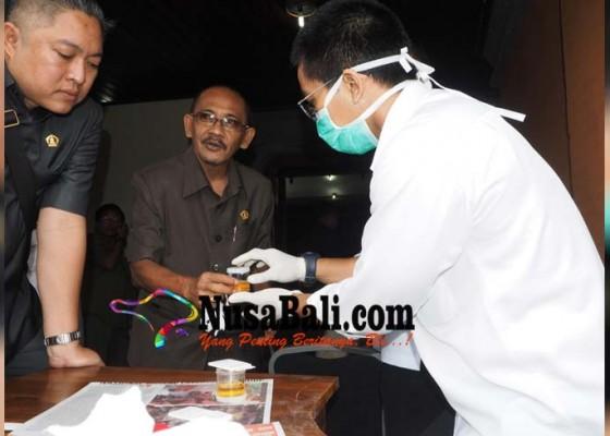 Nusabali.com - anggota-dprd-ditest-urine