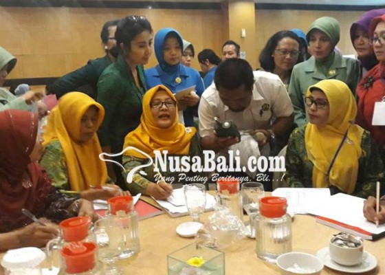 Nusabali.com - jadi-pilot-project-ibu-ibu-asyik-belajar-hemat-energi