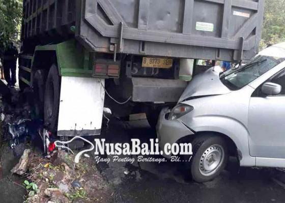 Nusabali.com - hilang-kendali-truk-fuso-mundur-di-tanjakan