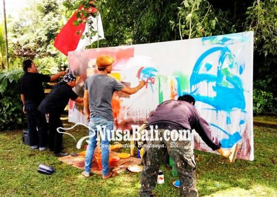 Nusabali.com - peringati-gugurnya-kapten-mudita-puluhan-seniman-melukis-bersama