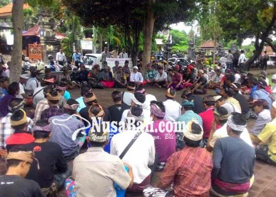 Nusabali.com - warga-lebah-desak-pn-deportasi-bule-belanda