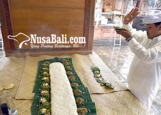 Nusabali.com - acara-dimulai-oleh-pertanda-gaib-nasi-yang-tercecer-pantang-dibersihkan
