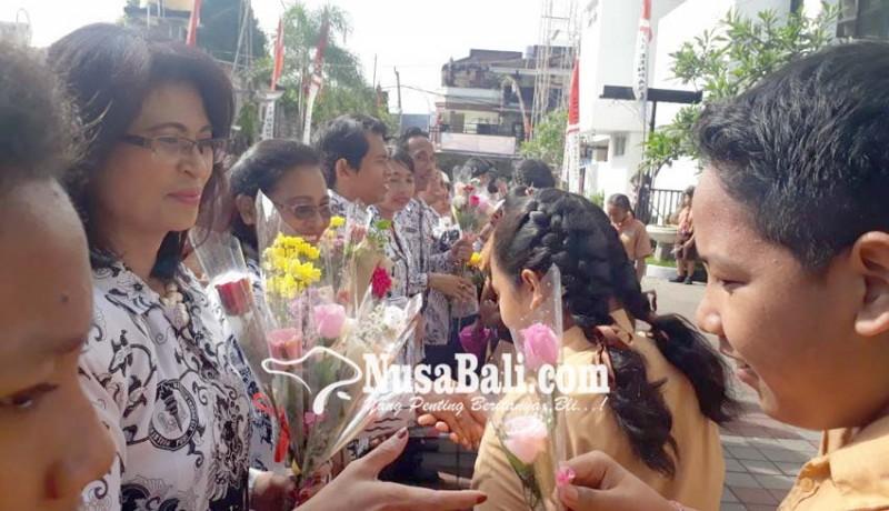 www.nusabali.com-hari-guru-nasional-guru-di-perdiknas-dapat-hadiah-bunga