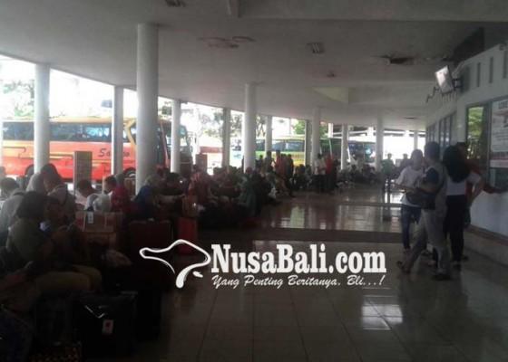 Nusabali.com - bandara-tutup-penumpang-serbu-terminal-mengwi