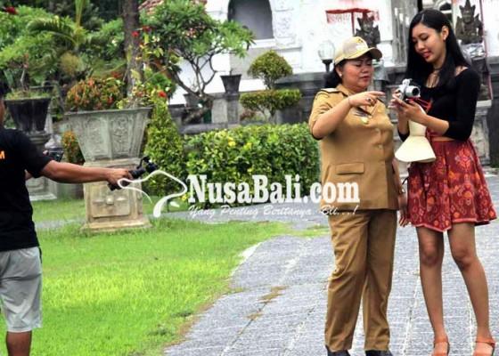 Nusabali.com - bupati-mas-sumatri-syuting-video-promosi-pariwisata