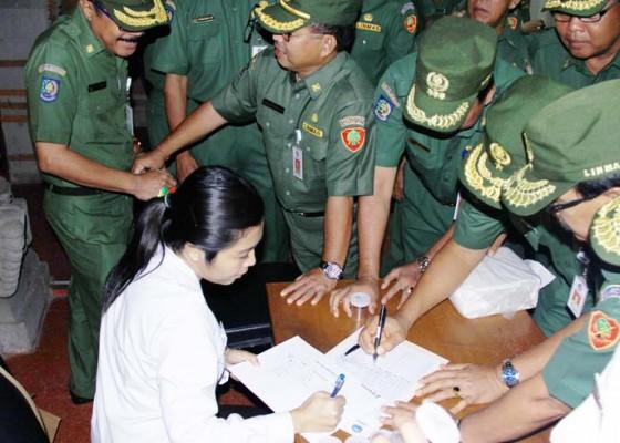 Nusabali.com - ratusan-pejabat-pemprov-dites-urine