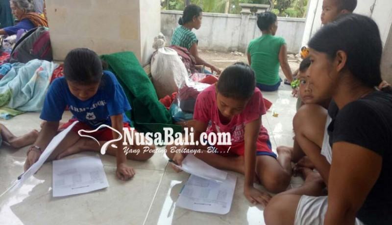 www.nusabali.com-siswa-kerjakan-soal-uas-di-pengungsian